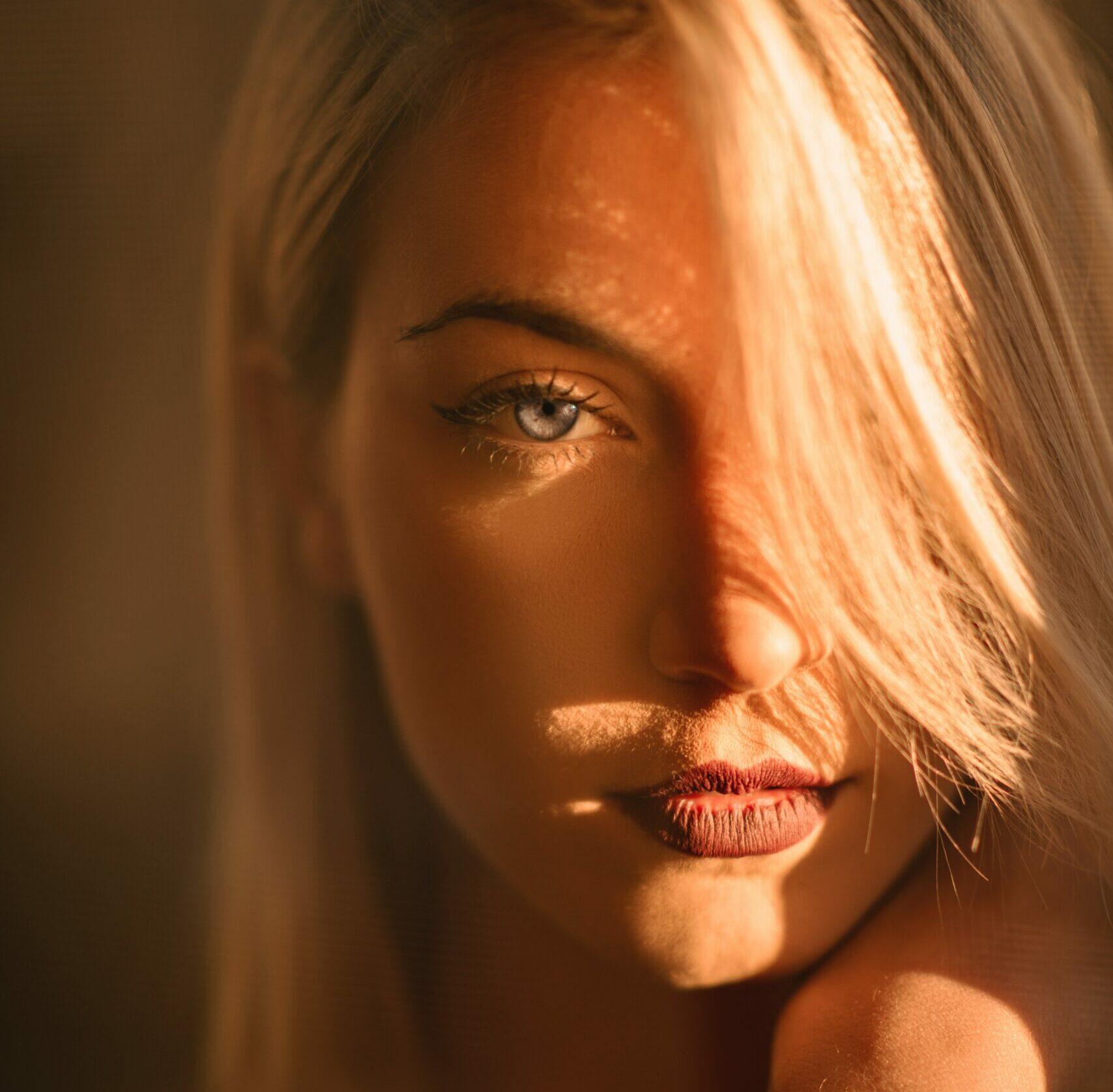 Face framing, las mechas que iluminan el rostro y rejuvenecen al instante